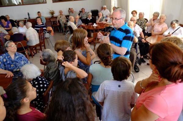 action bénévolat Classe de cm2 visite d'un LAR Juin 2015 (2)